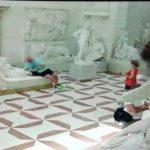 Turista ve snaze o senzační fotku poškodil 200 let starou slavnou sochu. Zachytila ho bezpečnostní kamera