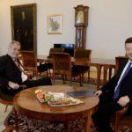 Prezident Zeman si po zprávách věřil, že přejde pokoj bez pomoci. Neměl to dělat, řekl jeho mluvčí