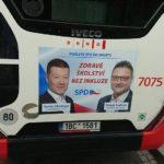 Řidič autobusu odmítá jezdit vozem s reklamou SPD, která kritizuje inkluzi. Sám má dvě autistické děti