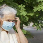 Jeden respirátor stačí tak z pošty domů. Opozice žádá řádné zásobení důchodců